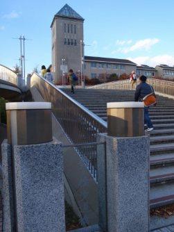 この階段を上がれば正門=仲村隆撮影