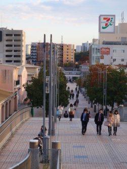 階段を上がり、南大沢駅側の風景=仲村隆撮影