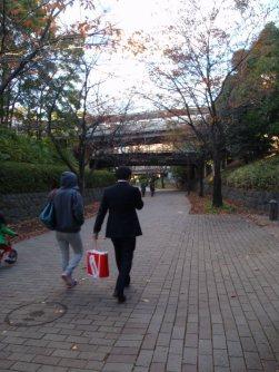 大学構内の通路は地元住民らの生活道路にも使われている=仲村隆撮影