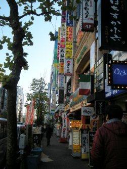 飲食店が並ぶ通り=銅崎順子撮影