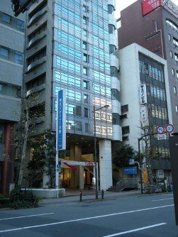道路向かいには東京デザイナー学院=銅崎順子撮影