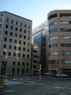 専修大学の建物が見える。もうすぐだ=銅崎順子撮影