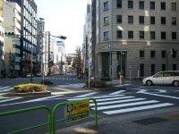 五叉路の交差点。前方右の建物は専修大学会館=銅崎順子撮影