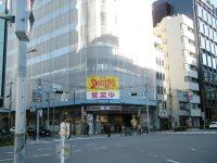 五叉路の交差点、大学会館の向かいはデニーズ=銅崎順子撮影