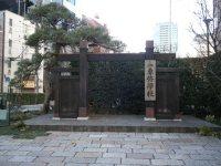大学院を過ぎるとその先に「専修学校」の看板と門が現れる=銅崎順子撮影