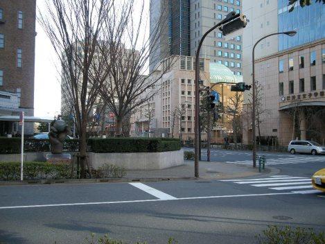 地下鉄神保町駅A9出口から地上に出たところ。右斜め前に共立女子大が見える=銅崎順子撮影