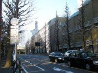 共立講堂の後方には共立女子中学・高校の校舎が続く=銅崎順子撮影