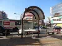 駅を出たところに案内表示=浜田和子撮影