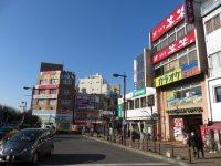 駅前ロータリーの右手には居酒屋、カラオケ店、塾、不動産屋…=浜田和子撮影