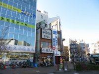駅前ロータリーの左手には塾、ラーメン店「日高屋」、激安ヘアカット…。「日高屋」は埼玉県発祥=浜田和子撮影