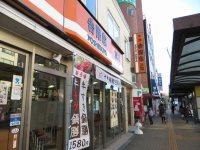 埼玉大学行きのバス停は、北浦和駅西口からロータリー左側を歩き100メートル、「吉野家」の先=浜田和子撮影