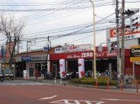 大きなバイク店も。駅から遠く自前の交通手段が必要だということ=浜田和子撮影