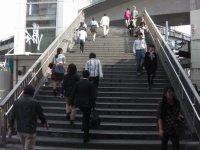東口を出て右側の歩道橋を昇る