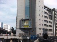 警視庁渋谷警察署の左側のスロープを降りる