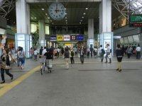 西武線、JR線とも、改札を出て、学生でにぎわう国分寺駅の構内へ=現代法学部2年、田中紘夢さん撮影