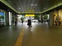 駅構内を南口へ=現代法学部2年、田中紘夢さん撮影