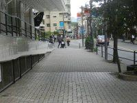 南口を左へ出たら、直進する=現代法学部2年、田中紘夢さん撮影