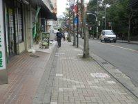 「東経大通り」と呼ばれる坂道を下る=現代法学部2年、田中紘夢さん撮影