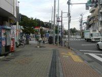 交差点付近には、ガソリンスタンドやコンビニエンスストアが=現代法学部2年、田中紘夢さん撮影