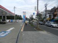 信号を渡り、ガソリンスタンド沿いを直進する=現代法学部2年、田中紘夢さん撮影