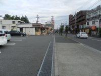 コンビニエンスストアやレンタカー店が見えてくる。学生の利用も多い=現代法学部2年、田中紘夢さん撮影