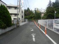 左へ進み、坂道を登る=現代法学部2年、田中紘夢さん撮影