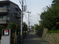 坂道の途中に東京経済大学への案内板=現代法学部2年、田中紘夢さん撮影