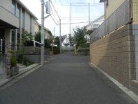 住宅街を抜けて、坂道を進む=現代法学部2年、田中紘夢さん撮影
