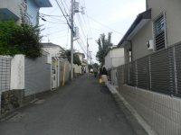 電柱看板の案内に沿って右へ。あと少し登り坂が続く=東京経済大学現代法学部2年、田中紘夢さん撮影