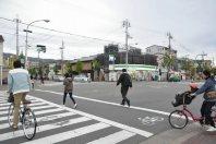 交差点を渡る=2014年11月6日、垂水友里香撮影