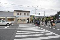 正面には交番。交差点を渡りきったら、ひたすらまっすぐ進む=2014年11月6日、垂水友里香撮影