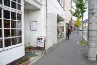 途中には喫茶店も=2014年11月6日、垂水友里香撮影