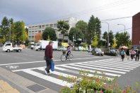 交差点を右に=2014年11月6日、垂水友里香撮影