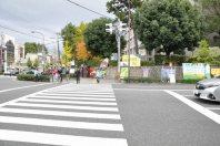 同じ交差点を左に渡る=2014年11月6日、垂水友里香撮影