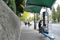 先にはバス停が=2014年11月6日、垂水友里香撮影