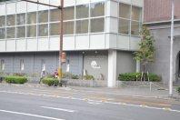 右手には京大iCeMS=2014年11月6日、垂水友里香撮影