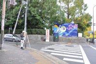 交差点を左折=2014年11月6日、垂水友里香撮影