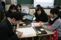 高齢化率と病院数の関係をグラフ化する生徒たち。データをカラーペンで描き入れていった=東京都板橋区の都立高島高校で2016年1月19日、中村美奈子撮影