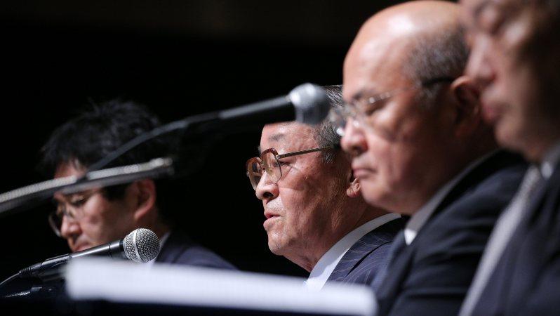東芝不正会計問題の調査結果を報告する第三者委員会のメンバー=2015年7月21日、後藤由耶撮影