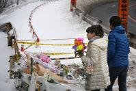 スキーバスが転落した現場に花を手向ける人たち=長野県軽井沢町で2016年1月21日午後1時56分、後藤由耶撮影