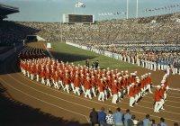 【1964東京五輪】開会式で入場行進する日本選手団。赤いブレザーと白のパンツが華やか