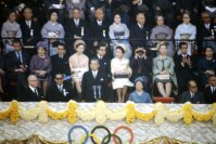 【1964東京五輪】開会式で各国選手団の入場行進を見守る昭和天皇と香淳皇后