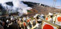【1964東京五輪】聖火台へ駆け上がるリレー最終走者の坂井義則さん。8月6日の広島生まれで当時19歳だった