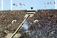 【1964東京五輪】大きな拍手を浴びながら聖火台へ駆け上がるリレー最終走者の坂井義則さん