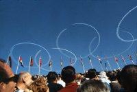 【1964東京五輪】開会式の最後にブルーインパルスが上空3000メートルに5色の煙で一つが直径1800メートルの5色の輪を描いた。五つの輪は事前に成功したことがなく、ぶっつけ本番での成功だった
