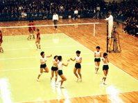【1964東京五輪】大松博文監督の厳しい指導の下、「回転レシーブ」など粘り強い守りを磨き上げ、世界のトップに君臨したバレーボール女子日本代表。その強さは外国勢から「東洋の魔女」と呼ばれて恐れられた。東京五輪ではポーランド、ソ連など強豪を次々と破って5戦全勝を果たし金メダルを獲得した
