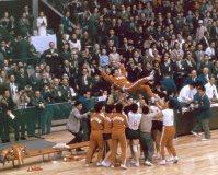 【1964東京五輪】女子バレーボール決勝でソ連を破って優勝、表彰式の後、大松博文監督を胴上げする女子日本代表の選手たち