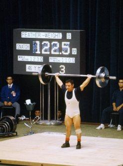 【1964東京五輪】重量挙げ男子フェザー級で三宅義信が金メダル。この大会の日本選手団金メダル第1号となった