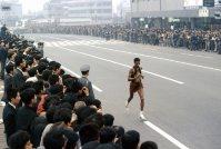 【1964東京五輪】男子マラソン、アベベ(エチオピア)は往路でトップに立ち、復路の新宿駅南口付近で独走態勢を確立。記録は2時間12分11秒2