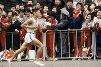 【1964東京五輪】男子マラソン ゴールの国立競技場周辺を2位で力走する円谷幸吉。国立競技場に入ってからヒートリーに抜かれ銅メダルに